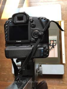 複写台にカメラをセットして、無反射ガラスを写真上に置いてから撮影します。